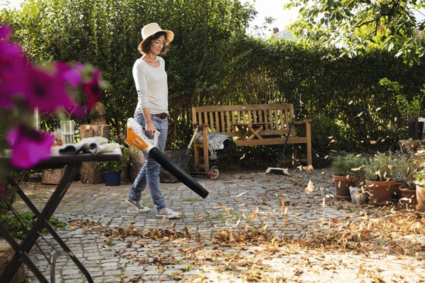 Soplador de hojas, recoge fácilmente las hojas caídas en tu jardín